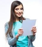 Il giovane giallo sorridente della donna ha vestito la carta in bianco di manifestazione Fotografia Stock Libera da Diritti