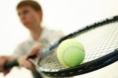Il giovane giocatore di tennis con una racchetta Fotografia Stock