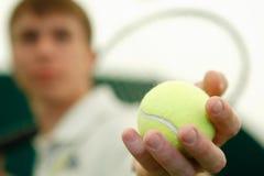 Il giovane giocatore di tennis con una racchetta Fotografia Stock Libera da Diritti