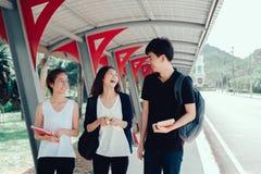 Il giovane gruppo di studenti con le cartelle della scuola prenota fotografia stock libera da diritti