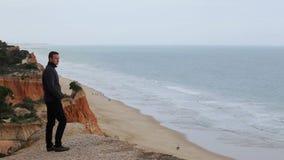 Il giovane guarda intorno alle spiagge Falesia con il mare Albufeira archivi video