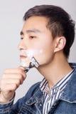 Il giovane ha appeso la sua barba Fotografie Stock Libere da Diritti