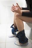 Il giovane ha problemi di diarrea o di costipazione Immagine Stock