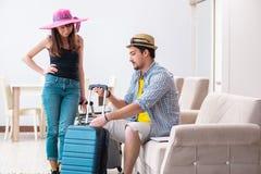 Il giovane imballaggio della famiglia per il viaggio di vacanza fotografia stock