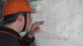 Il giovane ingegnere esamina il circuito Alla fabbrica archivi video