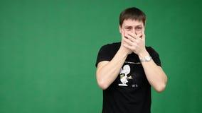 Il giovane maschio tiene la sua testa con le sue mani nella scossa ed esprime le sue sensibilità archivi video