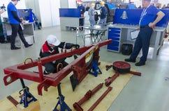 Il giovane meccanico passa la fase della concorrenza Tjumen' Immagine Stock