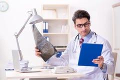Il giovane medico bello che lavora nella stanza di ospedale Fotografie Stock Libere da Diritti