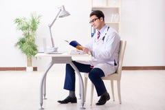 Il giovane medico bello che lavora nella stanza di ospedale Fotografia Stock Libera da Diritti