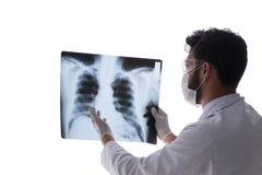 Il giovane medico che esamina le immagini dei raggi x isolate su bianco Fotografie Stock Libere da Diritti