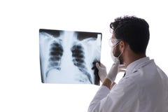 Il giovane medico che esamina le immagini dei raggi x isolate su bianco Immagine Stock Libera da Diritti