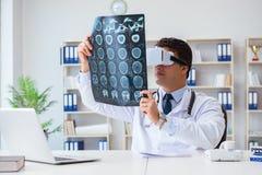 Il giovane medico che esamina ricerca di mri attraverso i vetri del vr fotografia stock libera da diritti