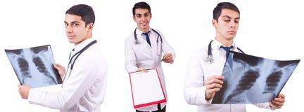 Il giovane medico con l'immagine dei raggi x su bianco Immagini Stock Libere da Diritti