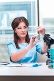 Il giovane medico femminile che lavora in laboratorio Immagini Stock