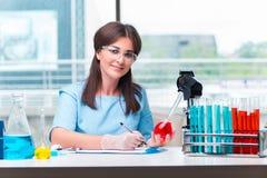 Il giovane medico femminile che lavora in laboratorio Immagine Stock
