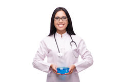 Il giovane medico femminile nel concetto medico isolato su bianco Immagini Stock