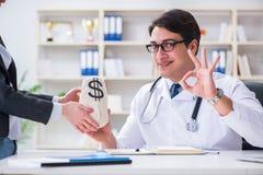 Il giovane medico nel concetto di frode di assicurazione-malattia fotografia stock