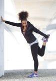 Il giovane mette in mostra l'allenamento di esercizio di gamba della tenuta della donna Immagini Stock Libere da Diritti
