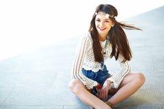 Il giovane modello della donna di hippy nel giorno soleggiato dell'estate in pantaloni a vita bassa variopinti intelligenti copre Fotografia Stock Libera da Diritti