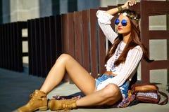 Il giovane modello della donna di hippy nel giorno soleggiato dell'estate in pantaloni a vita bassa variopinti intelligenti copre Fotografie Stock