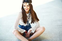 Il giovane modello della donna di hippy nel giorno soleggiato dell'estate in pantaloni a vita bassa variopinti intelligenti copre Immagine Stock