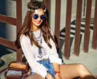 Il giovane modello della donna di hippy nel giorno soleggiato dell'estate in pantaloni a vita bassa variopinti intelligenti copre Fotografia Stock