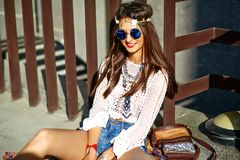 Il giovane modello della donna di hippy nel giorno soleggiato dell'estate in pantaloni a vita bassa variopinti intelligenti copre Fotografie Stock Libere da Diritti