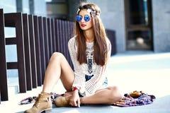 Il giovane modello della donna di hippy nel giorno soleggiato dell'estate in pantaloni a vita bassa variopinti intelligenti copre Immagine Stock Libera da Diritti