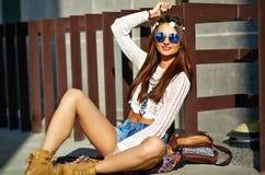 Il giovane modello della donna di hippy nel giorno soleggiato dell'estate in pantaloni a vita bassa variopinti intelligenti copre Immagini Stock