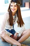 Il giovane modello della donna di hippy nel giorno soleggiato dell'estate in pantaloni a vita bassa variopinti intelligenti copre Immagini Stock Libere da Diritti