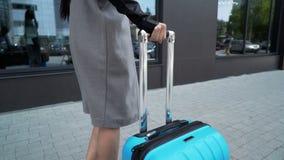 Il giovane modello sta camminando con un primo piano dei bagagli video d archivio