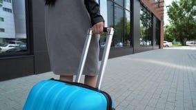 Il giovane modello sta camminando con un primo piano della valigia archivi video