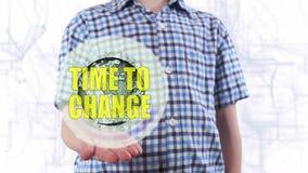 Il giovane mostra un ologramma del momento del testo e del pianeta Terra di cambiare video d archivio