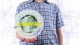 Il giovane mostra un ologramma dell'algoritmo del testo e del pianeta Terra archivi video
