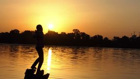 Il giovane mostra un pollice sul gesto in un lago nel slo-Mo archivi video