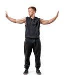Il giovane muscoloso sta spingendo le pareti invisibili con le sue mani isolate su fondo bianco Immagini Stock Libere da Diritti