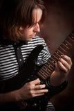 Il giovane musicista gioca la sua chitarra elettrica fotografia stock libera da diritti