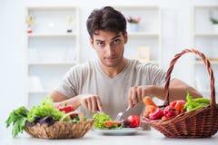Il giovane nel concetto mangiante e stante a dieta sano immagini stock libere da diritti