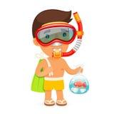 Il giovane nella maschera di nuotata tiene la borsa con il pesce Immagine Stock