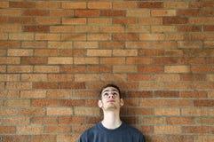 Il giovane osserva in su sopra Fotografia Stock