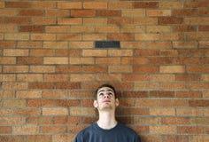 Il giovane osserva in su sopra Immagini Stock Libere da Diritti
