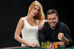 Il giovane ouple del  di Ñ che gioca il poker ed ha buon tempo in casinò Immagini Stock