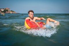 Il giovane padre che gioca con un bambino nel mare e fa l'errore fotografia stock libera da diritti