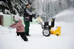 Il giovane padre gestisce il ventilatore di neve Immagini Stock Libere da Diritti