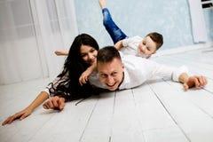 Il giovane padre si diverte con il derivato ed il figlio immagini stock libere da diritti