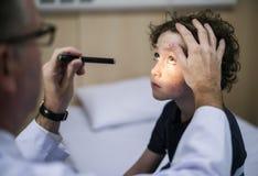 Il giovane paziente sta ottenendo una diagnostica da medico Fotografie Stock Libere da Diritti