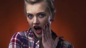 Il giovane perno sorpreso sulla ragazza sta coprendo la sua bocca di sua mano, fine su archivi video