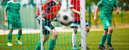 Il giovane portiere risparmia Fondo di orizzontale di calcio fotografia stock libera da diritti