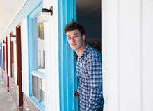 Il giovane guarda dalla stanza di motel Immagini Stock