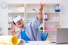 Il giovane progettista con i vetri del vr di realtà virtuale Fotografia Stock Libera da Diritti
